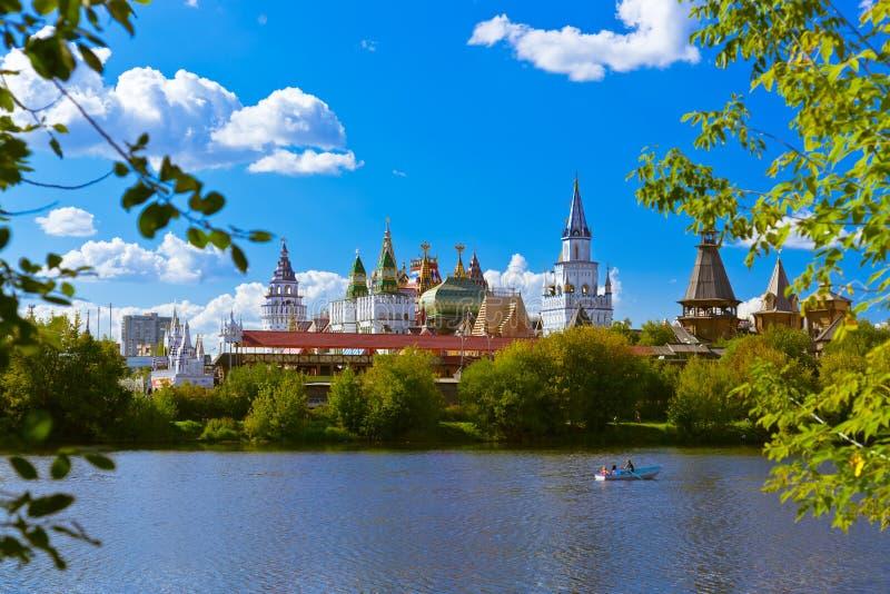 Izmailovo el Kremlin y ruso del lago - Moscú fotos de archivo