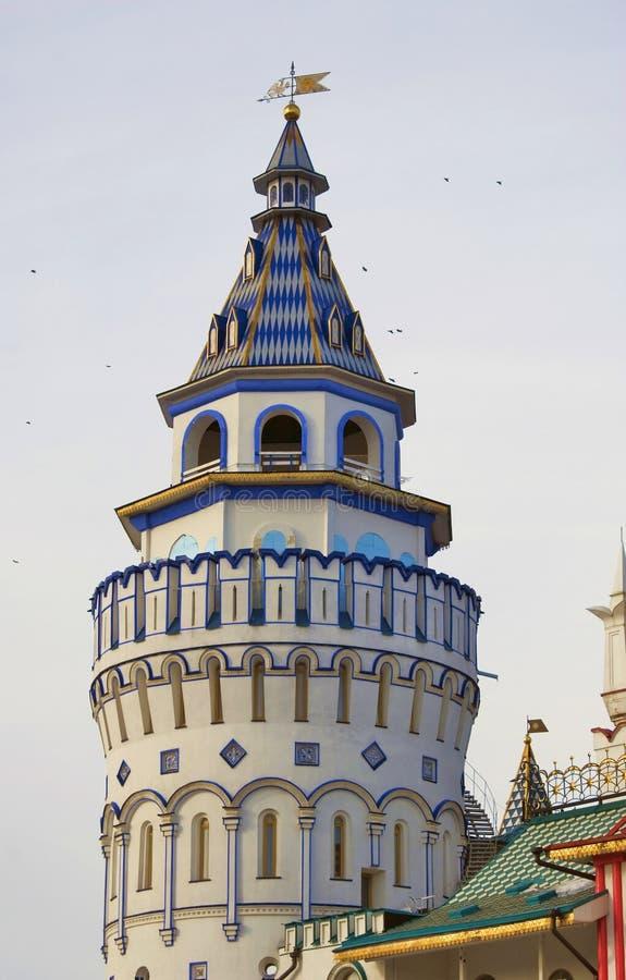izmailovo kremlin moscow Птицы летают вокруг башни стоковое фото rf