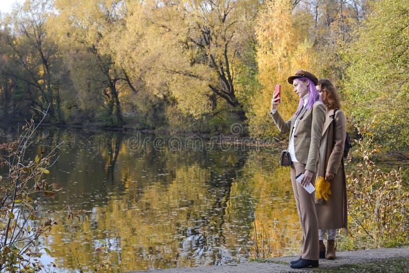 Izmailovo-Park moskau Russland 10 14 2018 Gehen Sie die Jugend im Herbstpark stockfotos