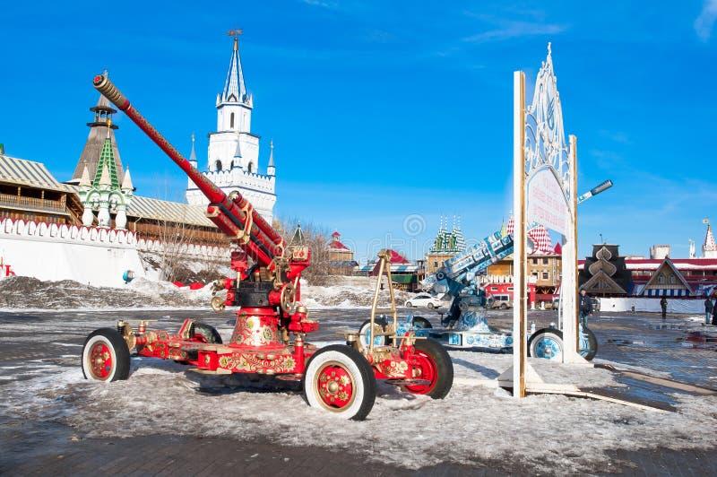 Izmailovsky Кремль и комплекс музея, люди идут ходить по магазинам на местном блошинном стоковое изображение