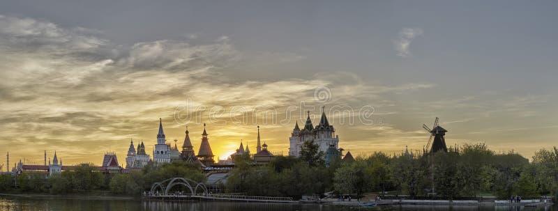 Izmailovsky el Kremlin el Kremlin en Izmailovo, Moscú, Rusia en la oscuridad del sol Es una de las señales más interesantes de la imágenes de archivo libres de regalías