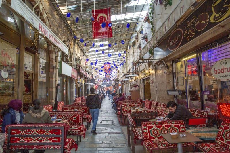 IZMIR TURKIET - December 20, 2018: Gatan av coffee shop, Kizlaragasi Han Bazaar är den gamla historiska köpcentret i Izmir arkivfoton