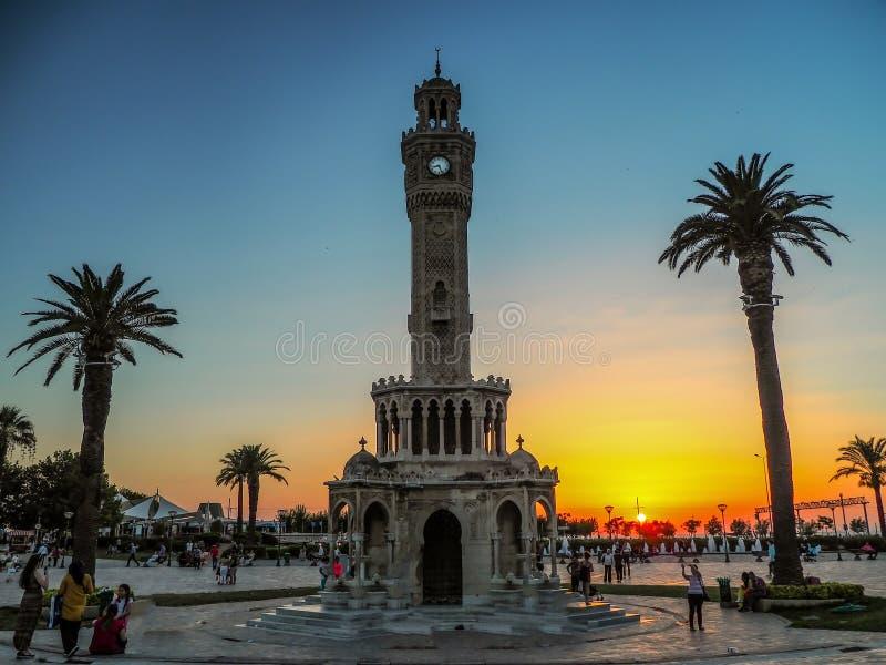 03 07 2018 IZMIR, TURKIJE - 03 JULI 2018: Weergeven van de historische klokketoren, centraal van Ä°zmir stock afbeelding