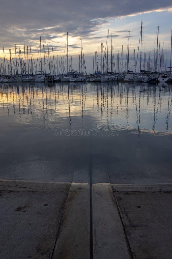 Izola/SLOVÉNIE - 24 juin 2018 : Marina avec beaucoup de bateaux contre le coucher du soleil Paysage pittoresque d'été photographie stock libre de droits