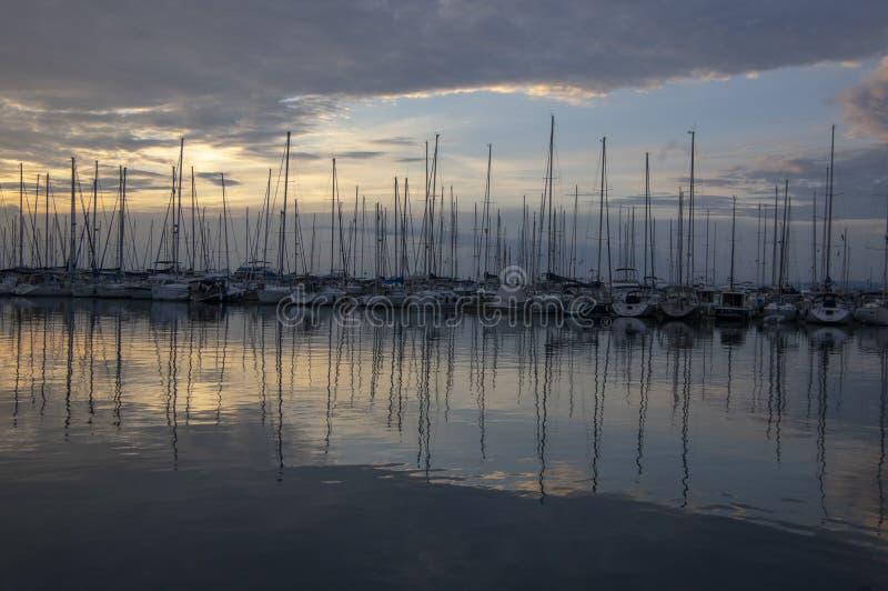Izola, SLOVENIA, Czerwiec/- 24, 2018: Marina z wiele łodziami przeciw zmierzchowi Malownicza lato sceneria zdjęcia stock