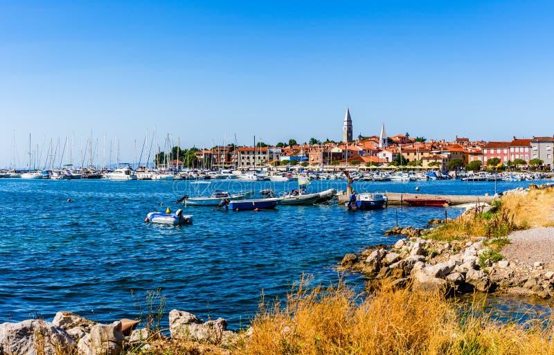 Izola, uma cidade de pesca velha no Eslovênia do sudoeste na costa adriático da península de Istrian no mar Mediterrâneo imagem de stock royalty free