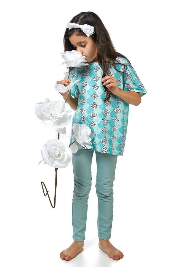 izolated的睡衣pidjama的小深色的女孩 免版税库存图片