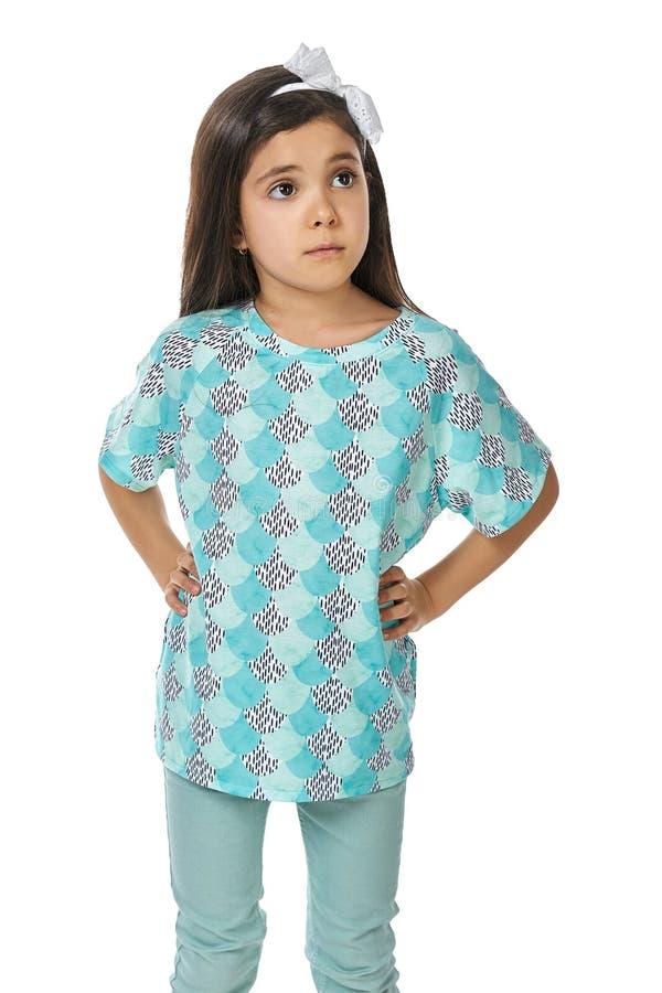 izolated的睡衣pidjama的小深色的女孩 库存图片
