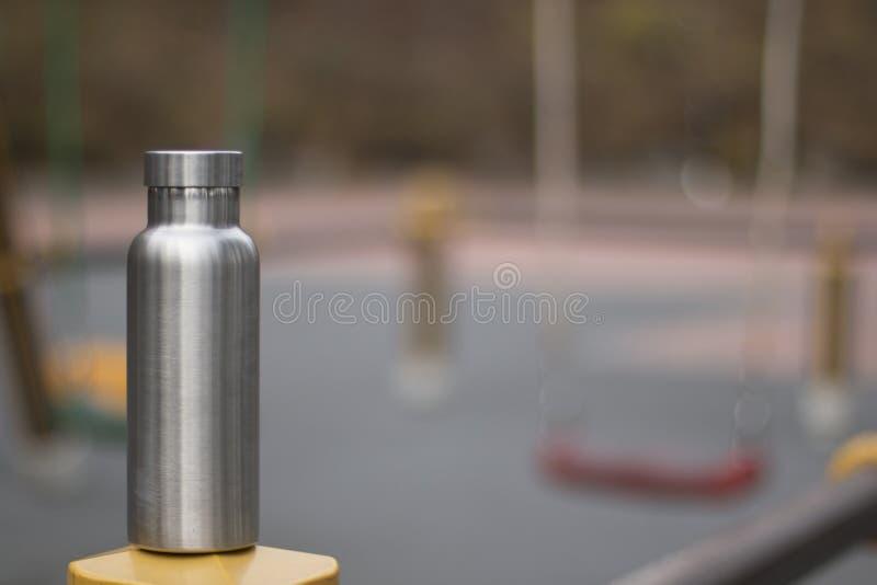 Izolująca Nierdzewna butelka z childrenboiskiem w zimy tle zdjęcie stock