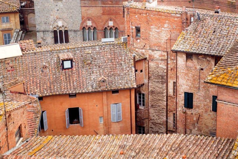 Izoluje czerwonych kolory pod Dachówkowymi dachami miasto Siena Włochy Tuscany domy fotografia stock