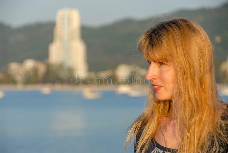Izquierda de mirada femenina joven fotografía de archivo