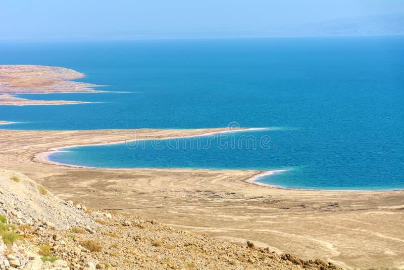 Izrael Nieżywy morze Widok nad Nieżywym morzem z swój niekonsekwentnie plażami od wysokiego punktu widok Całość bawić się w przes zdjęcia royalty free