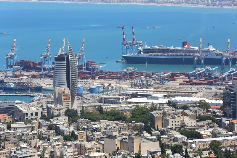 02 05 2016 Izrael, ogólny widok centrum miasta Haifa, port z, statkami i budynkami obraz stock