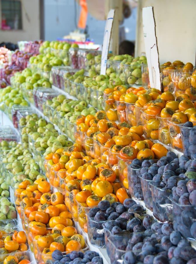 Izrael rynku produkt spożywczy: śliwka, persimmon, bonkreta zdjęcie royalty free