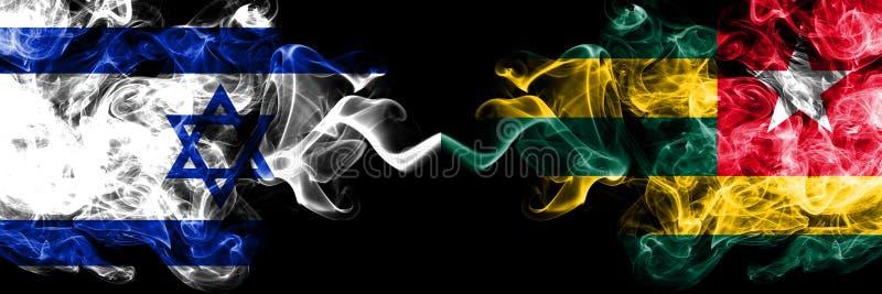 Izrael vs Togo, Togolese dymiące tajemnicze flagi umieszczająca strona strona - obok - Gęsta barwiona silky dym flaga Izrael i To royalty ilustracja