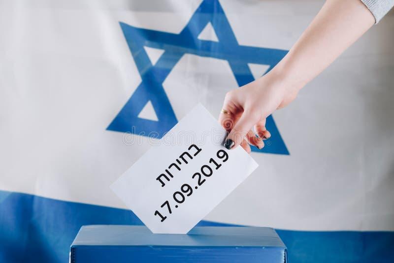 Izraelicka kobieta g?osuje przy lokalem wyborczym na dzie? wybor?w Zamyka up r?ka obraz stock