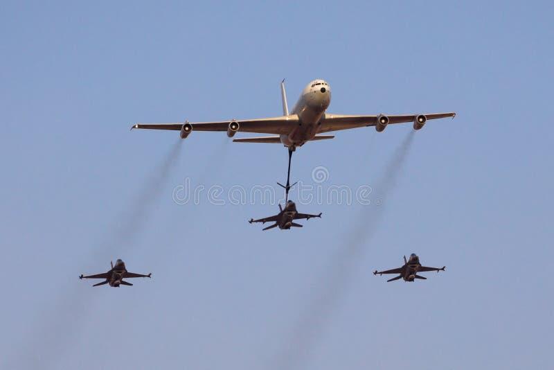 Izraelicki siły powietrzne F-16 tryska latanie w zamkniętej formacji z tankowem aircraftduring airshow przy Hatzerim, Izrael fotografia stock