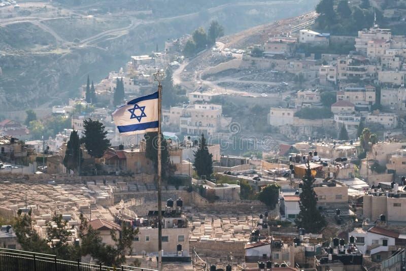 Izraelita flaga z budynkami mieszkalnymi przy tłem w Jerozolima, Izrael zdjęcia stock