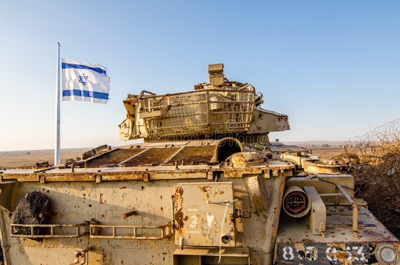 Izraelity chorągwiany latanie obok Izraelickiego zbiornika od Yom Kippur wojny przy Tel Saki na wzgórze golan obraz royalty free