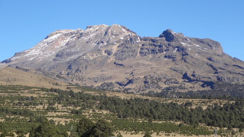 IztaccÃhuatl vulkaniskt berg i Mexico royaltyfri bild