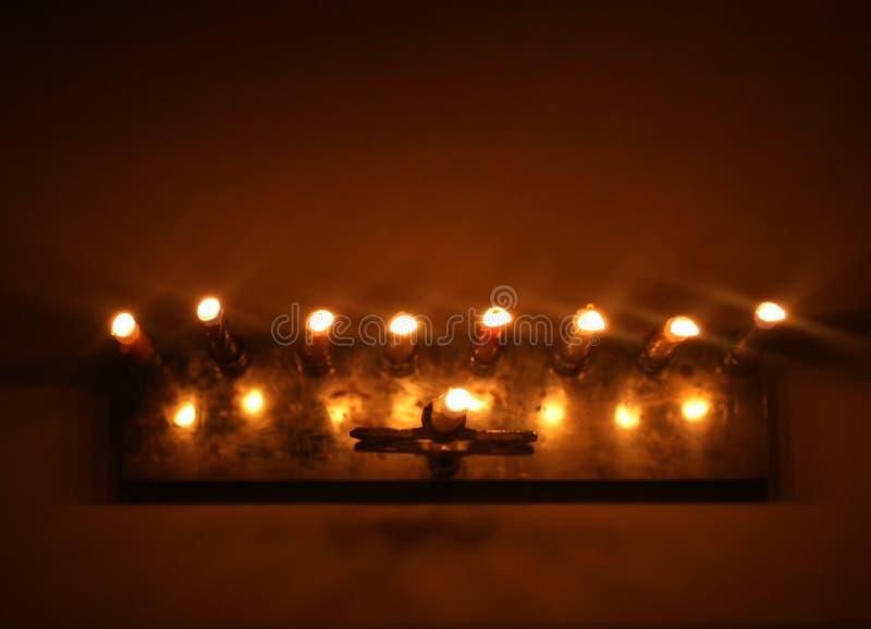 Jánuca es un día de fiesta judío Palmatoria ardiendo de Hanukkah con las velas Chanukiah es un menorah Visión desde arriba imagen de archivo libre de regalías