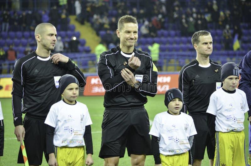 Járkov, UCRANIA - 15 de noviembre de 2016: Árbitros del fútbol durante t fotos de archivo libres de regalías