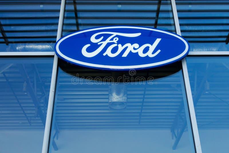 Járkov, Ucrania, julio de 2019 muestra del logotipo de Ford en comercio del concesionario de automóviles y centro de servicio fotografía de archivo