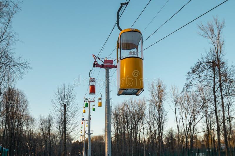 JÁRKOV, UCRANIA, teleférico del pasajero en Maxim Gorky Central Park para la cultura y la reconstrucción imagen de archivo libre de regalías
