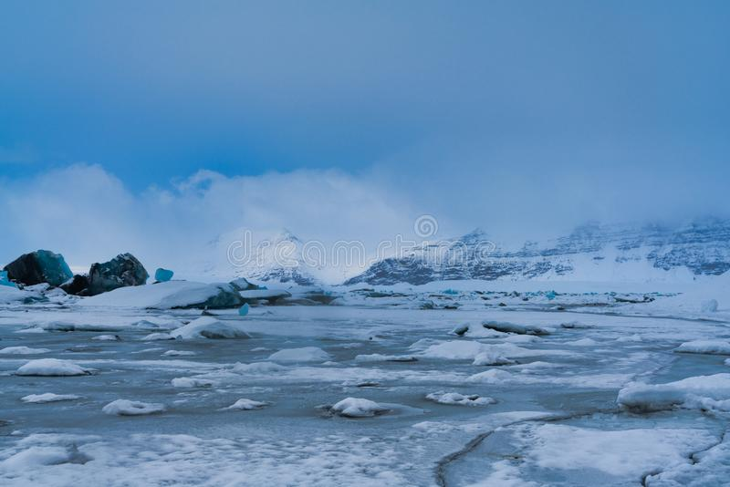Jökulsà ¡ rlà ³ n, bevroren gletsjerlagune in IJsland, volledig stock foto