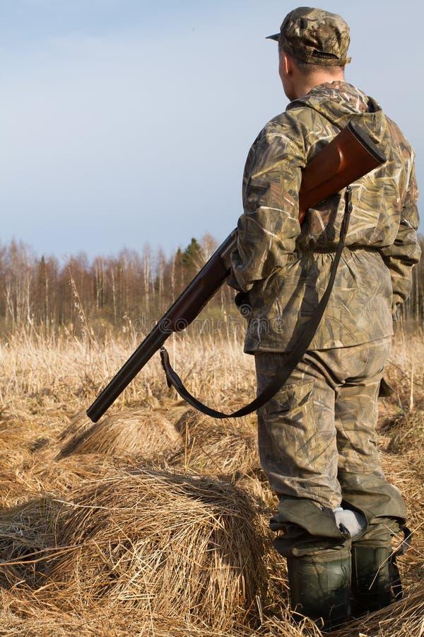 J?gare med att jaga vapnet i tr?sket fotografering för bildbyråer