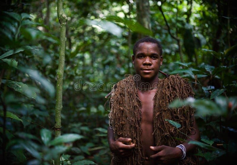 jägaren förtjänar pygmyen arkivfoto