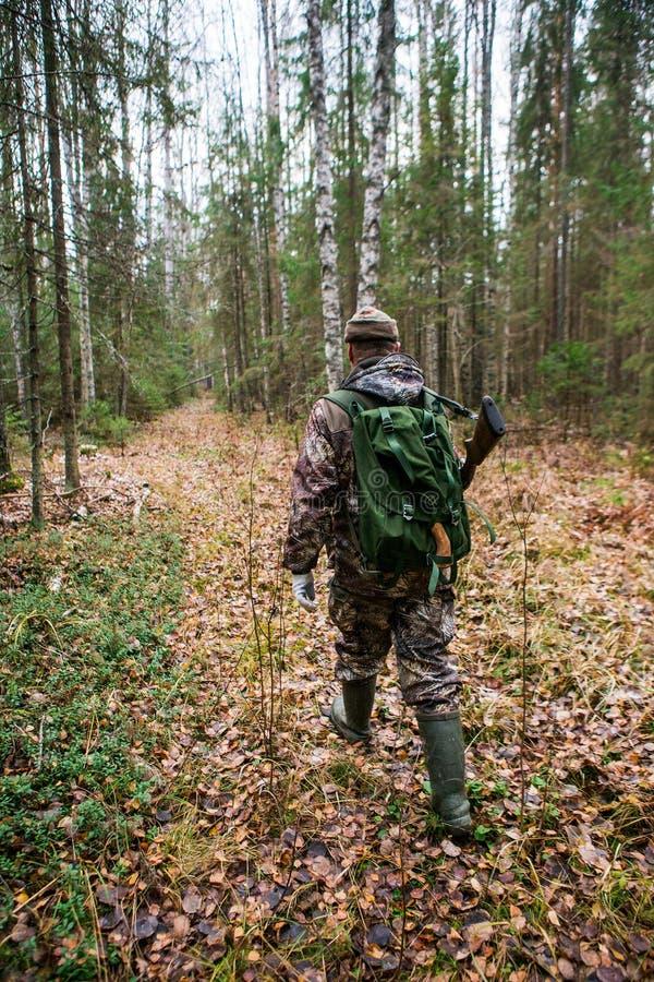 Jägaren går till och med skogen fotografering för bildbyråer