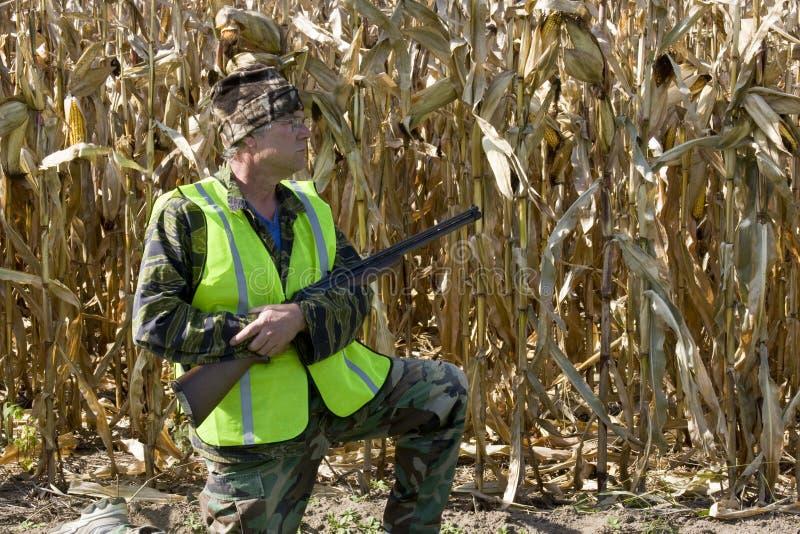 Jäger, der eine Sicherheitsweste trägt stockfotografie