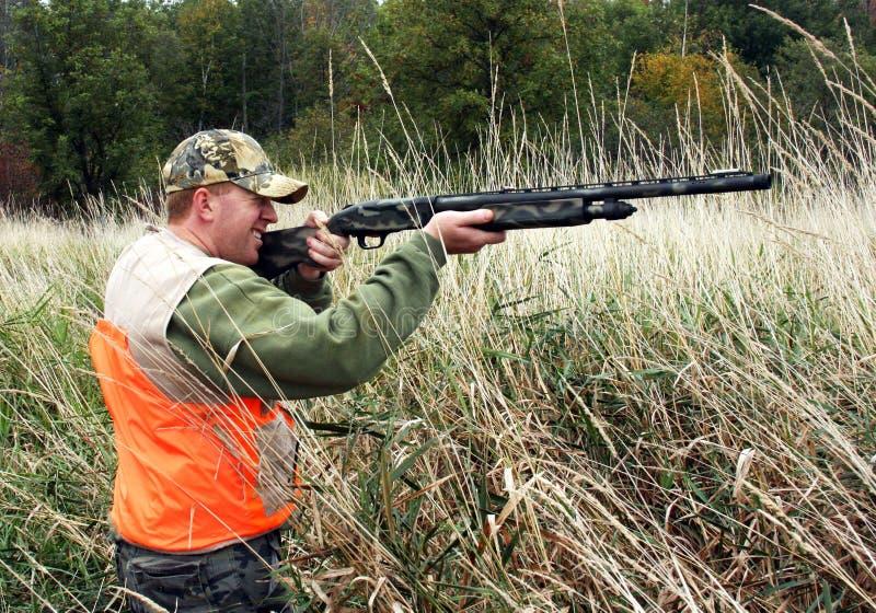 Jäger in der orange Sicherheitsweste stockfoto