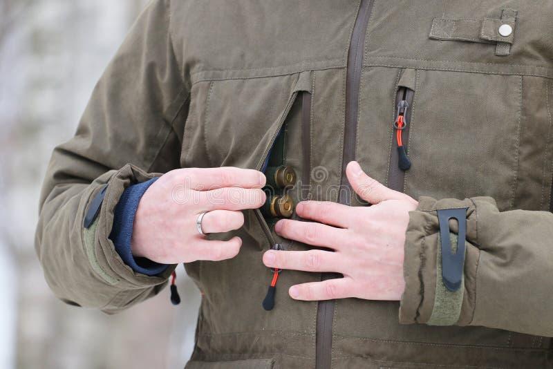 Jäger, der Patronen erhält stockfotos