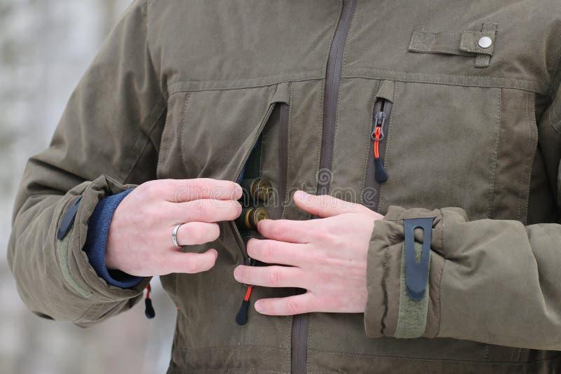Jäger, der Patronen erhält lizenzfreies stockbild