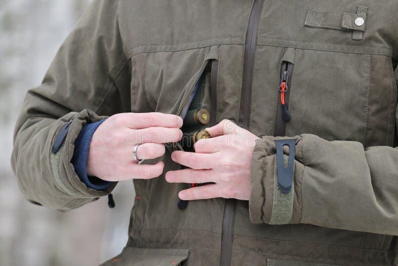 Jäger, der Patronen erhält stockfotografie