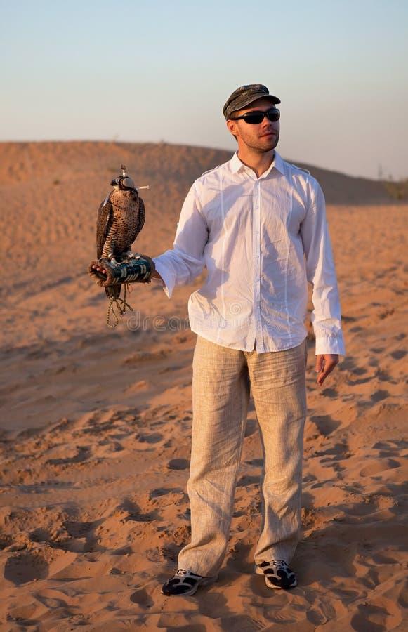 Jäger mit einem Falken stockfotos