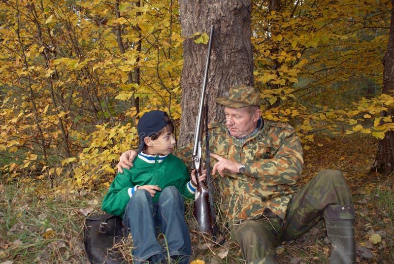 Jäger mit einer Gewehr stockbild