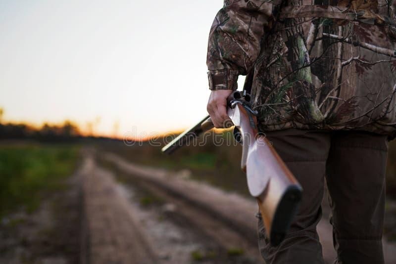 Jäger mit Gewehr lizenzfreies stockbild