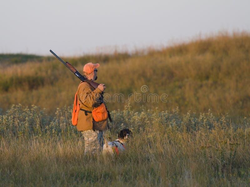 Jäger mit seinem Hund lizenzfreies stockbild