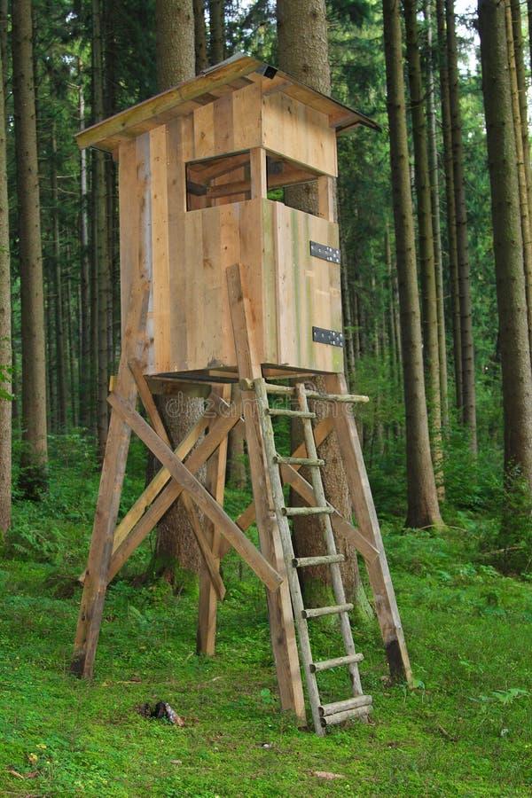 Jäger setzen im Wald lizenzfreie stockbilder