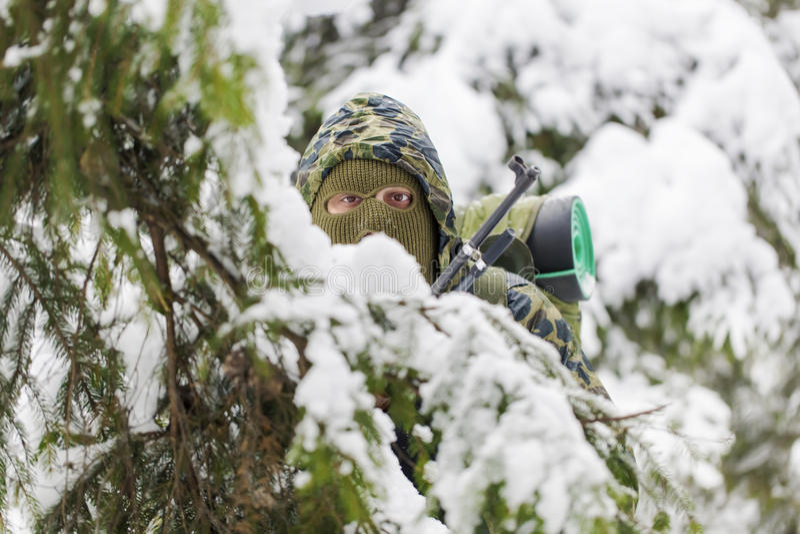 Jäger versteckt in den Hinterwäldern stockfotos