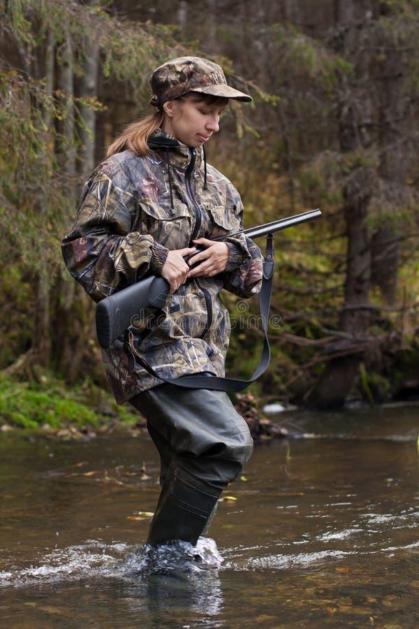 Jägerin mit Gewehr stockfotos