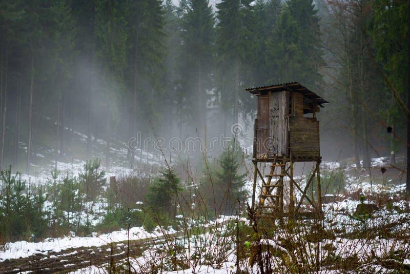 Jägerkabine in einem nebelhaften Holz stockfotos