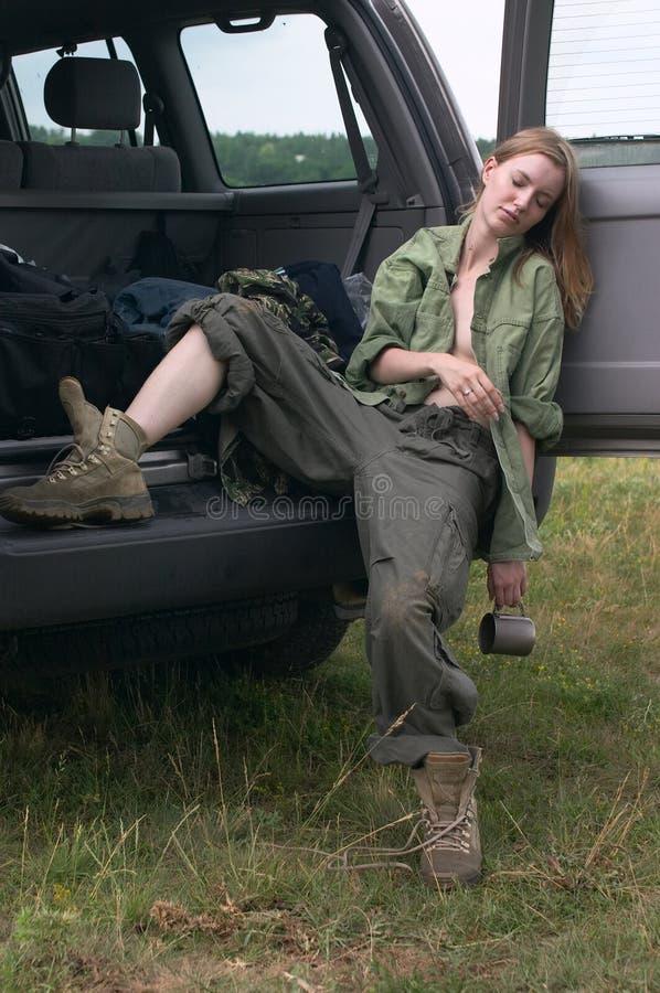 Jägermädchenschlafen lizenzfreie stockbilder