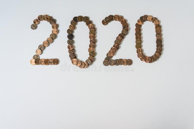 2020-jährig machte von lokalisierten Pennys auf leerem weißem Hintergrund mit copyspace lizenzfreies stockbild
