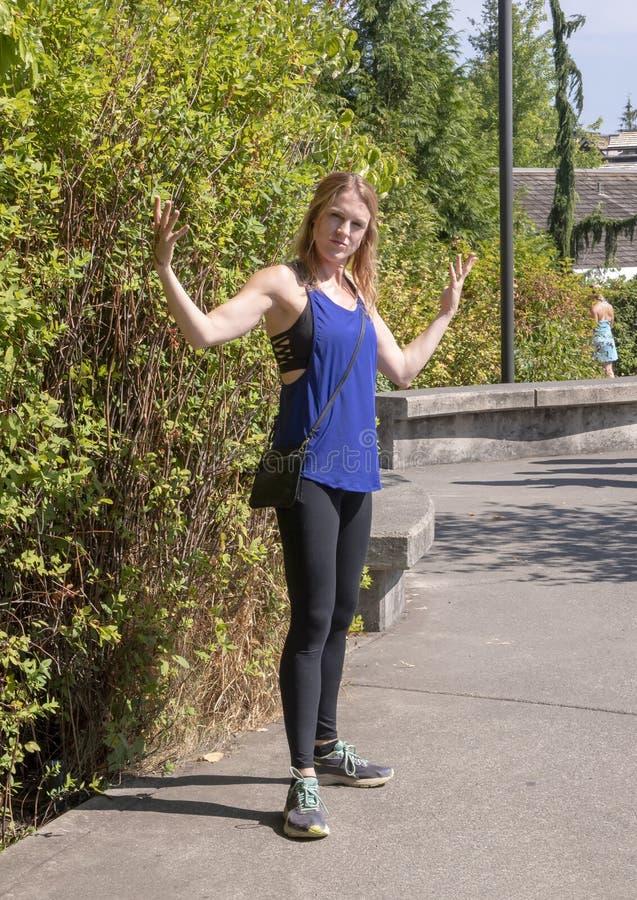Jährige athletische Frau fünfundvierzig, die in Snoqualmie-Park, östlich von Seattle aufwirft stockfotos