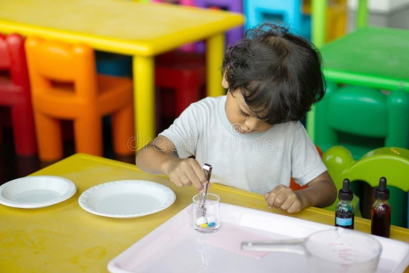 3-jährige Kinder in Asien leiten wissenschaftliche Experimente stockfotos