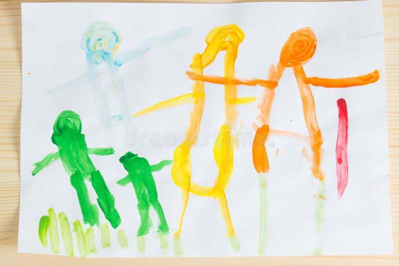 3-jährige Kinder, die glückliches Familienbild auf dem Holztisch zeichnen Zu lizenzfreie stockfotografie